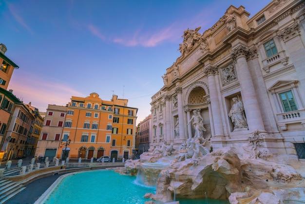 Vista da fontana di trevi (fontana di trevi) em roma, itália ao entardecer