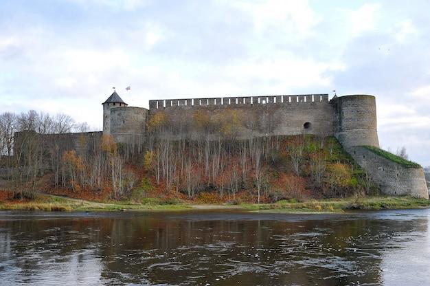 Vista da fortaleza através do rio narva em ivangorod