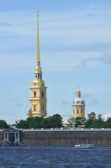 Vista da fortaleza de pedro e paulo em são petersburgo, rússia