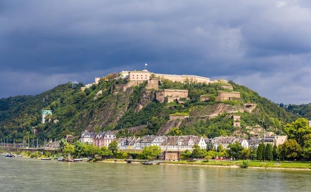 Vista da fortaleza ehrenbreitstein em koblenz, alemanha