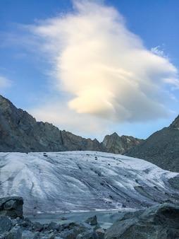 Vista da geleira. nuvem incrível na área da montanha belukha