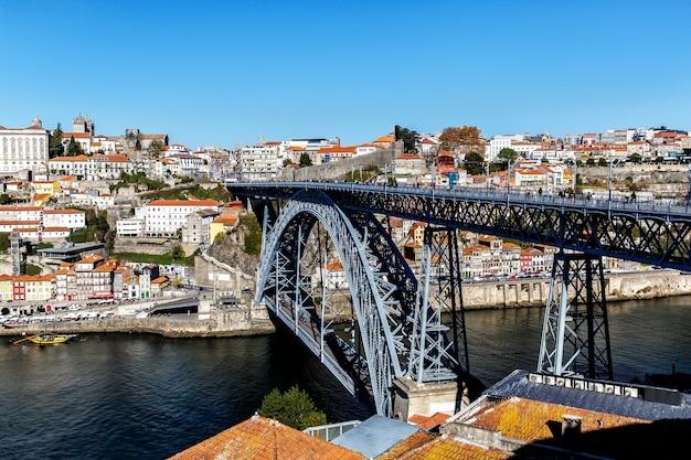 Vista da histórica cidade de porto portugal com a ponte dom luiz