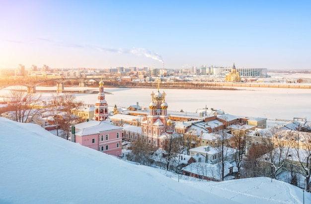 Vista da igreja de natal e da catedral alexander nevsky ao longo das margens do rio volga