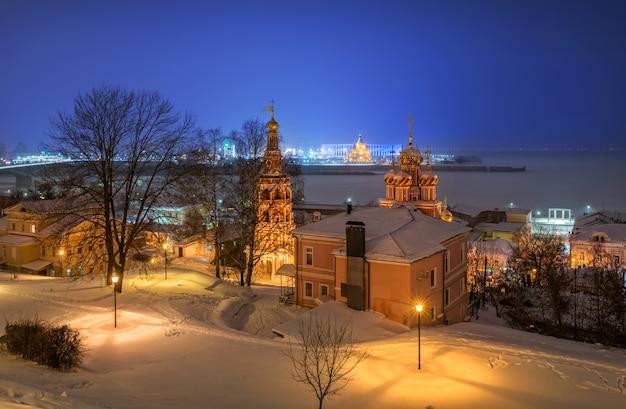 Vista da igreja de natal em nizhny novgorod no inverno