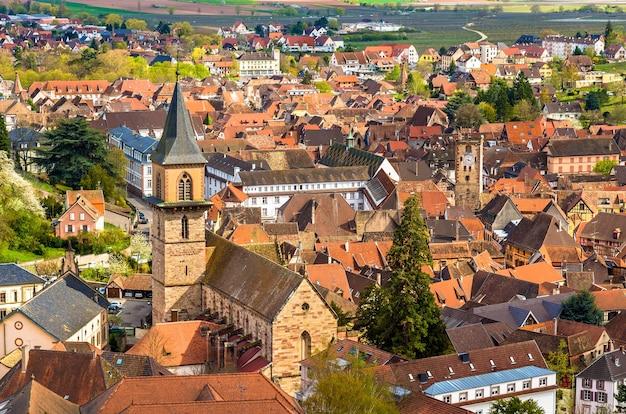 Vista da igreja de saint gregoire em ribeauville - frança, alsácia