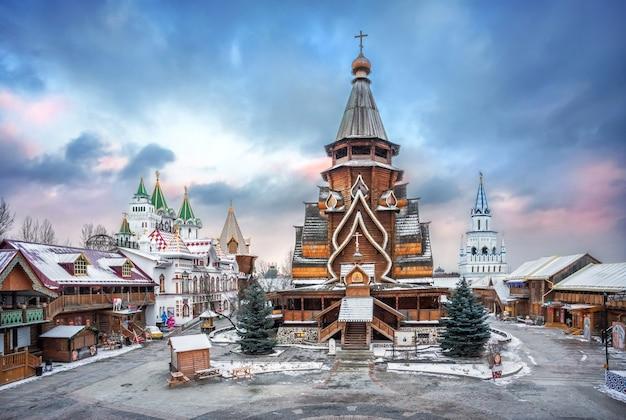 Vista da igreja de são nicolau no kremlin izmailovsky em moscou sob um lindo céu azul em uma noite ensolarada de inverno