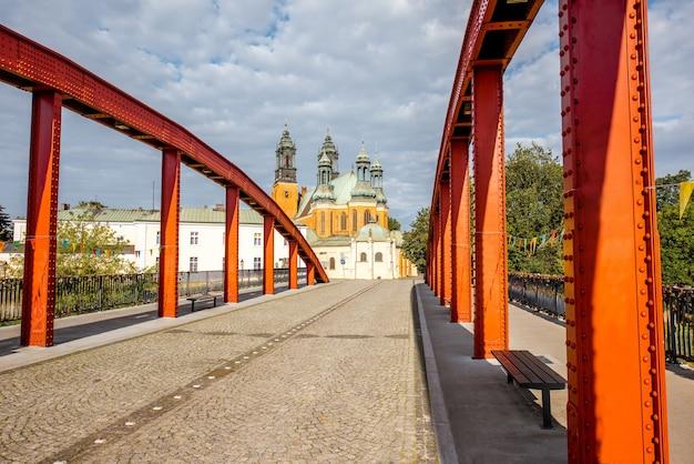 Vista da igreja de são pedro e são paulo com a velha ponte vermelha em poznan, polônia