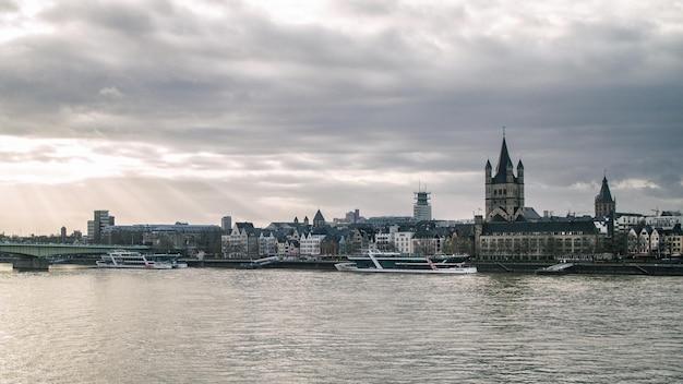 Vista da igreja great st. martin e da torre da prefeitura de colônia, alemanha