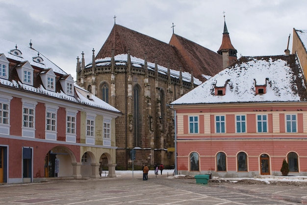Vista da igreja negra durante o inverno, brasov, romênia