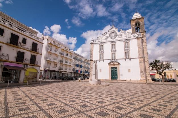 Vista da igreja principal da cidade de olhao, portugal.