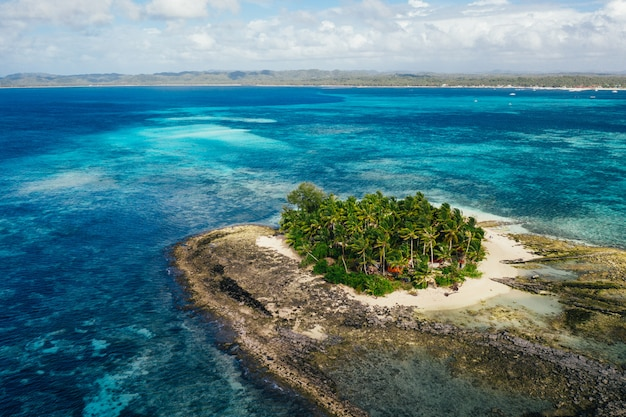 Vista da ilha de guyam do céu. foto tirada com drone acima da bela ilha. conceito sobre viagens, natureza e paisagens marinhas