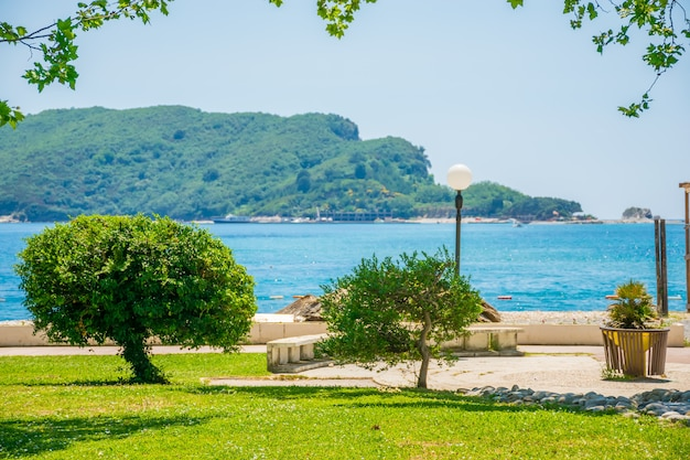 Vista da ilha de são nicolau do aterro da cidade de budva. montenegro.
