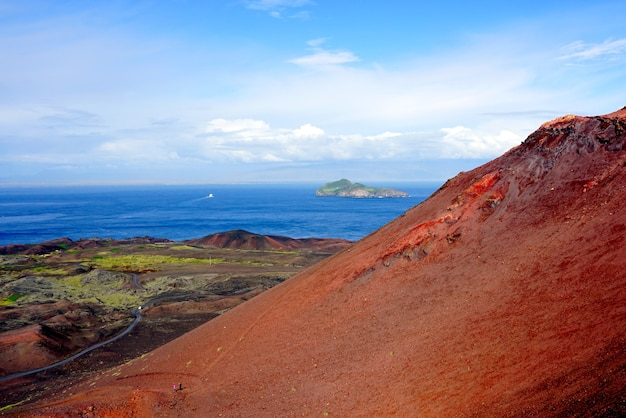 Vista da ilha ellidaey do vulcão eldfell nas ilhas westman, islândia.