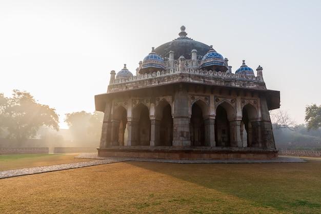Vista da índia, a tumba de isa khan no complexo da tumba de hymayun em nova delhi.