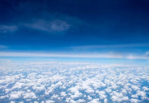 Vista da janela de uma aeronave durante o vôo.