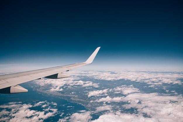Vista da janela do avião acima das nuvens ao longo da costa da croácia