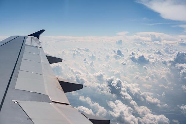 Vista da janela do avião na asa e nuvens brancas