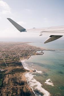 Vista da janela do avião na costa leste da itália