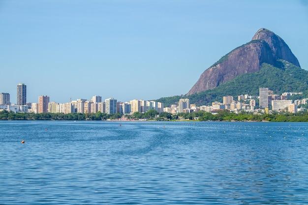 Vista da lagoa rodrigo de freitas com two hill brother no rio de janeiro, brasil.