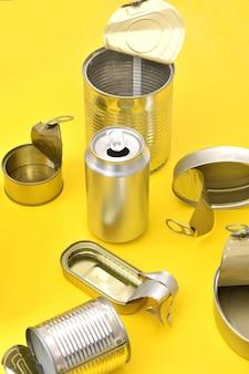 Vista da lata pode isolado no amarelo