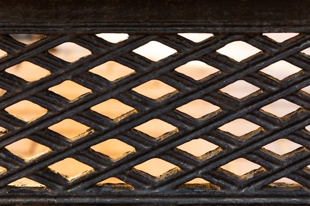 Vista da liberdade através da grade de ferro forjado.