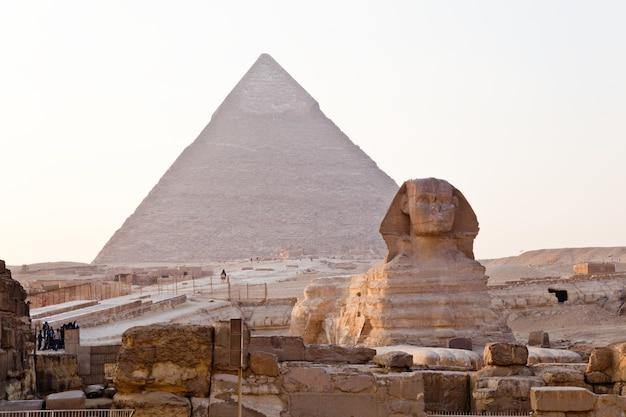 Vista da maior esfinge e da grande pirâmide de gizé, no egito.