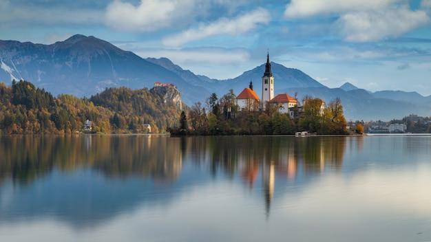 Vista da manhã do famoso lago bled e pequena ilha com uma igreja na eslovênia