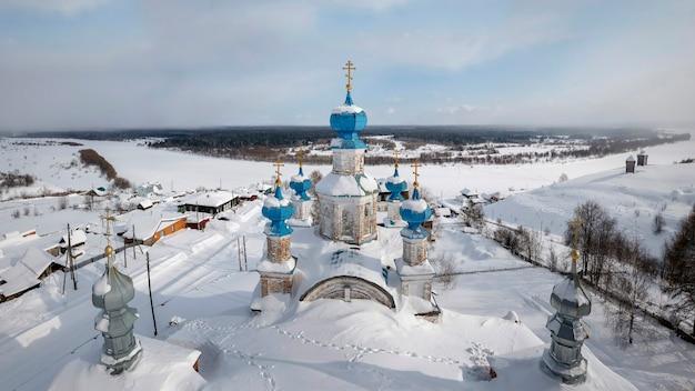 Vista da maravilhosa cidade provincial de cherdyn (rússia) e do rio congelado no inverno. close das cúpulas azuis da antiga catedral da ressurreição de 1750. cherdyn, território de perm, rússia