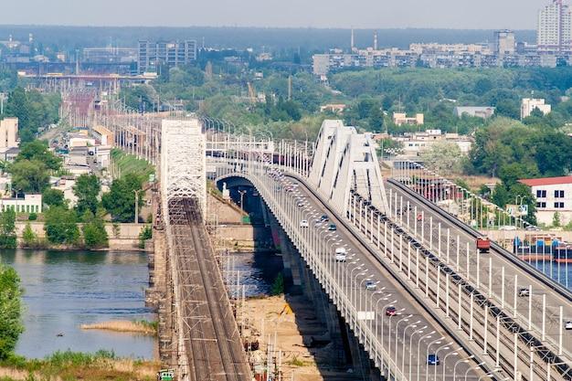 Vista da margem esquerda do dnieper de uma colina na margem direita em kiev