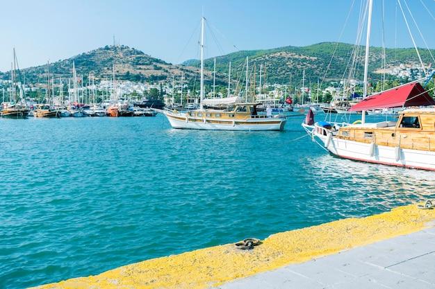 Vista da marina de bodrum, barcos à vela e iates na cidade de bodrum, cidade da turquia.