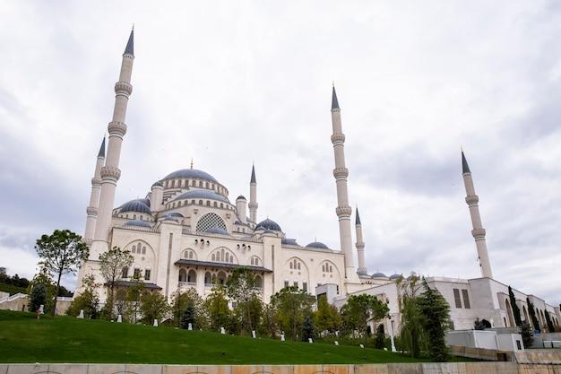 Vista da mesquita camlica com jardins em frente, tempo nublado em istambul, turquia