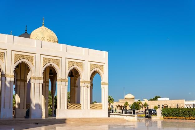 Vista da mesquita zabeel em dubai, emirados árabes unidos