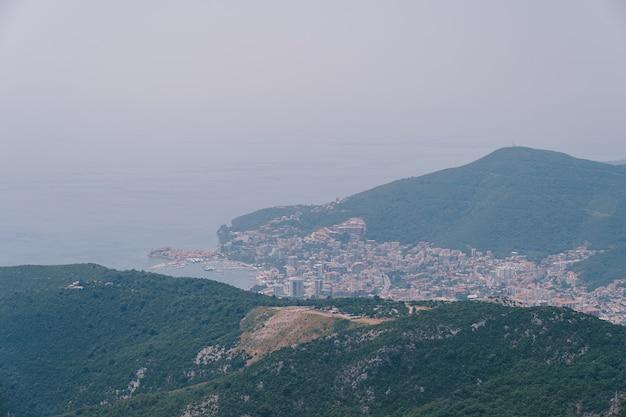 Vista da montanha até a cidade de budva em montenegro