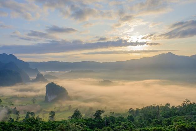 Vista da montanha de manhã