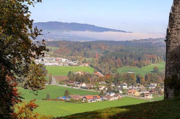 Vista da montanha e do parque natural na temporada de outono na suíça