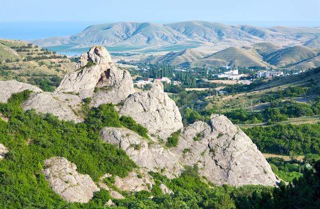 Vista da montanha enevoada de verão