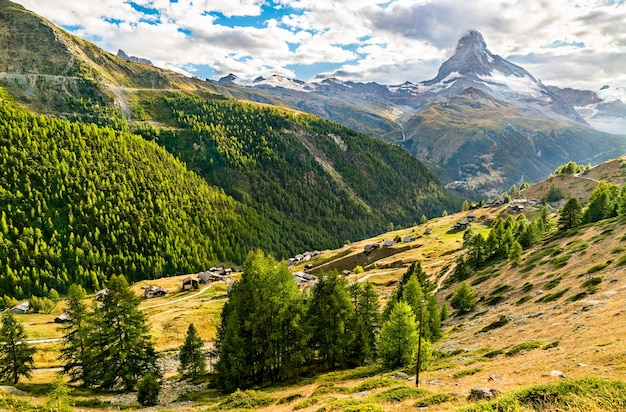 Vista da montanha matterhorn em uma trilha panorâmica perto de zermatt, nos alpes suíços