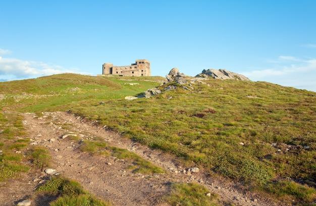 Vista da montanha no verão com fortaleza - ruínas do observatório no topo da montanha pip ivan (chornogora ridge, cárpatos, ucrânia)