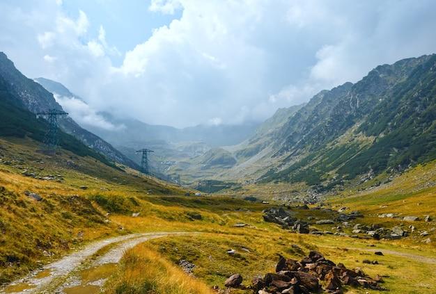 Vista da montanha no verão da estrada transfagarasan