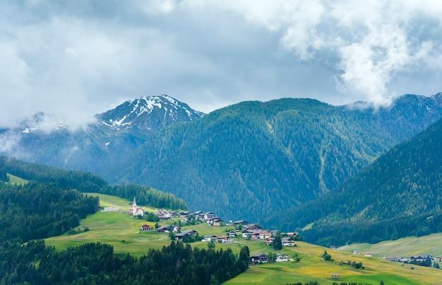 Vista da montanha no verão (itália, europa)