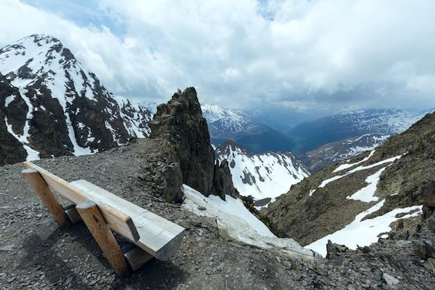 Vista da montanha nublada da estação superior do teleférico de karlesjoch (3108 m, perto de kaunertal gletscher, na fronteira entre a áustria e a itália)