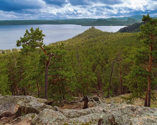Vista da montanha para o lago borovoye em um parque nacional