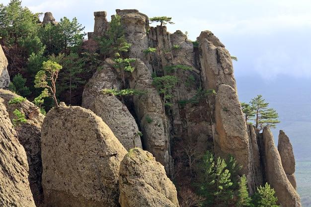 Vista da montanha rochosa (vale dos fantasmas perto do monte demerdzhi, crimeia, ucrânia)