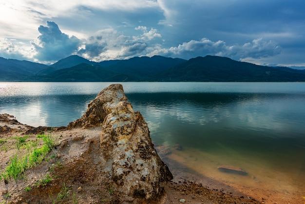 Vista da natureza da paisagem e rio e cor da luz solar
