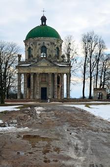 Vista da noite de primavera da antiga igreja católica romana de pidhirtsi (ucrânia, região de lvivska, construída em 1752-1766 por ordem de waclaw rzewuski)