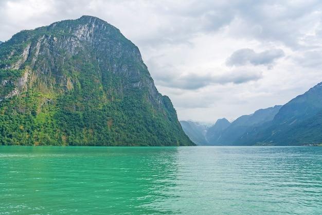 Vista da paisagem da montanha do lago olden