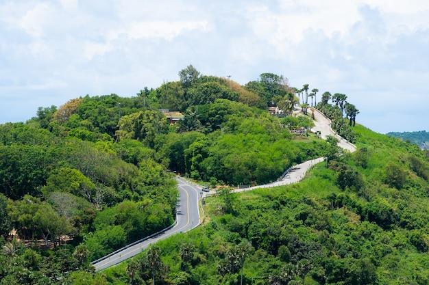 Vista da paisagem da montanha e da estrada