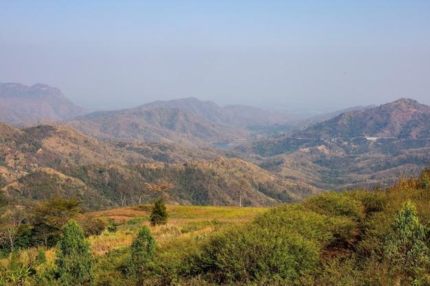 Vista da paisagem da montanha e da floresta em khao kho, na tailândia