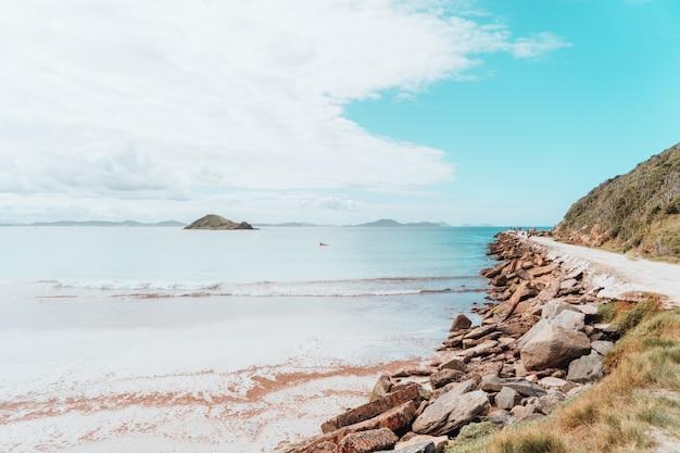 Vista da paisagem da praia no rio perto da estrada de areia