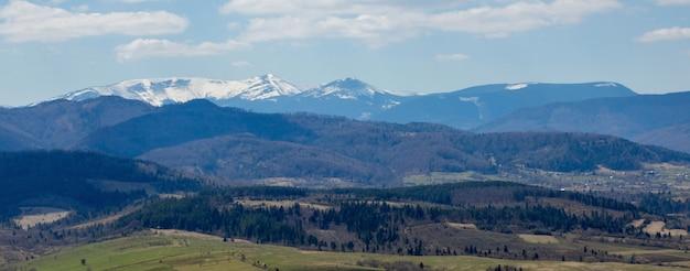Vista da paisagem das montanhas dos cárpatos em dia nublado de verão. picos de montanhas, florestas, campos e prados, bela paisagem natural